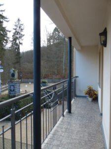 Balkon m.Blick auf obere Terrasse
